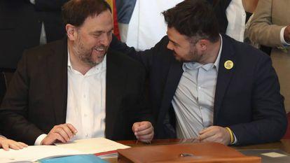 Oriol Junqueras (l) in Congress with fellow ERC member Gabriel Rufián.