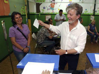 Zaragoza Mayor Pedro Santisteve votes on Sunday.