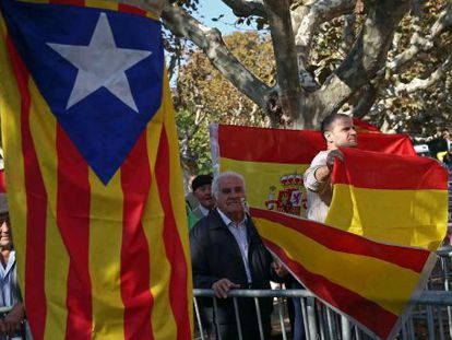 Supporters and detractors of independence protesting in front of the Catalan parliament on Monday.