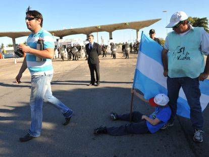 Environmentalists from Argentina and Uruguay hold a demonstration against the UPM paper mill.