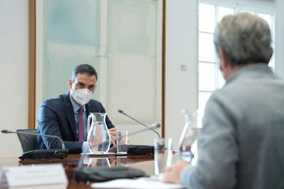 Spanish Prime Minister Pedro Sánchez (l) at a meeting to discuss the coronavirus situation on Monday.