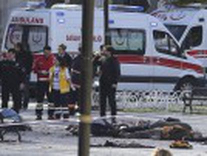 No cause yet established for explosion, which occurred in Sultanahmet Square, near the Hagia Sophia and Topkapi Palace. Fifteen others injured