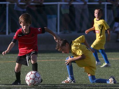 A soccer match between eight- and nine-year-olds in Seville.