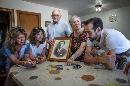 Left to right: Jacqueline and Cristina Fortea, José and Consuelo Morell, and David Coronado with photographs of executed relatives in Paterna (Valencia).  .