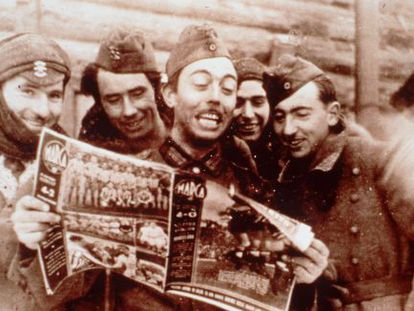 Members of the Blue Division read an issue of 'Marca' sports newspaper. The image is taken from the 2000 documentary 'Extranjeros de sí mismos.'