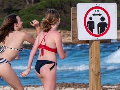 A sign reminding beachgoers in Sa Coma, Mallorca about the need to keep a distance of two meters between people.