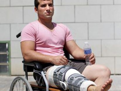 Adrián García with the knee brace lent to him by a friend after the workshop that supplies the hospital took theirs back.