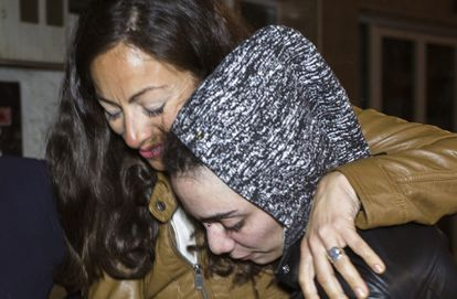 María Jimena Rico embraced by her sister in Torrox.