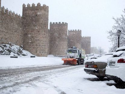 A snow plow removes snow in Ávila in this photo from last March.