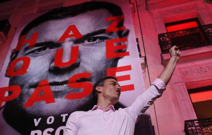 Socialist Party leader Pedro Sánchez outside the party headquarters following the general election.