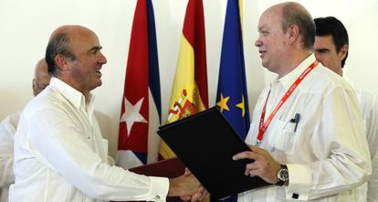 Spanish Economy Minister Luis De Guindos (l) greets Cuban Foreign Trade and Investment Minister Rodrigo Malmierca Díaz in Havana.