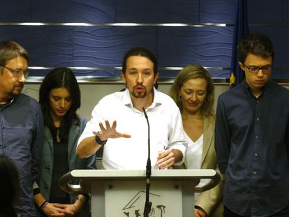 Pablo Iglesias (c) and other Podemos politicians present their plans in Congress on Friday.