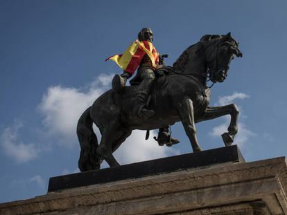 A Spanish flag on a statue at the entrance to Catalan Parliament.