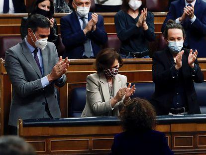 PM Pedro Sánchez (l) and his deputies Carmen Calvo, Pablo Iglesias and Nadia Calviño celebrate their victory in Congress.