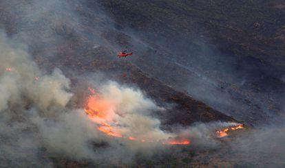 A helicopter battling the blaze in Sierra Bermeja on Monday.