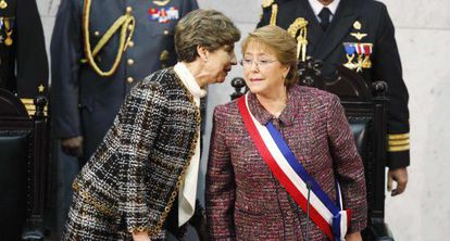 Michelle Bachelet (r) with the speaker of the Chilean Senate.