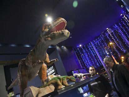 A robotic dinosaur inside Juguetrónica, on San Bernardo Street.
