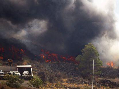 Lava advances over the industrial area of El Callejón de la Gata.