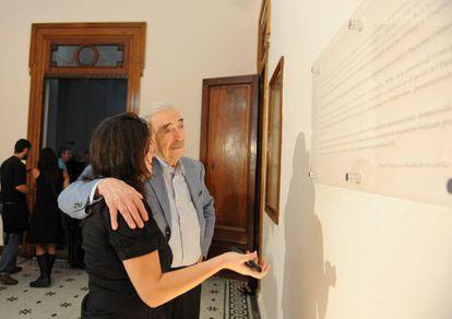 Gelman and Macarena look at a plaque dedicated to María Claudia.