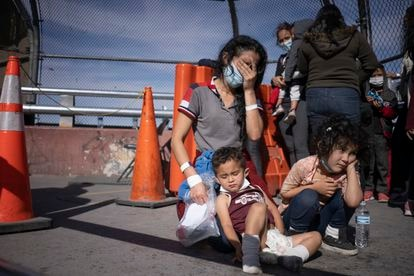 Vilma Iris Peraza with her children Erick and Adriana, from Honduras, at the Ciudad Juárez crossing on March 18.