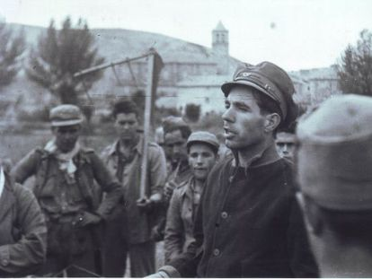 A political commissar gives orders to soldiers helping with the wheat harvest.