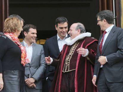 Manuel Tafallé dressed as Miguel de Cervantes surrounded by politicians Celia Villalobos, Albert Rivera, Pedro Sánchez and Patxi López outside Congress.