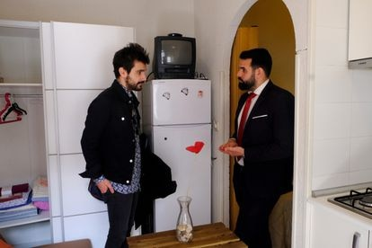 """The young Galician Rober Carlos visiting """"the cheapest apartment in Lavapiés"""" with Redpiso real estate agent Jorge Hoyos."""