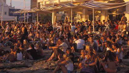 Tourists waiting for sundown at Café del Mar.