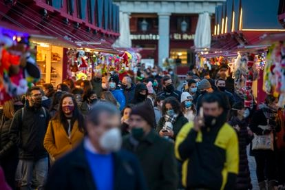 Crowds of shoppers at Christmas market in Madrid.