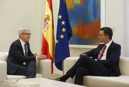 Apple CEO Tim Cook and Spanish PM Pedro Sánchez.