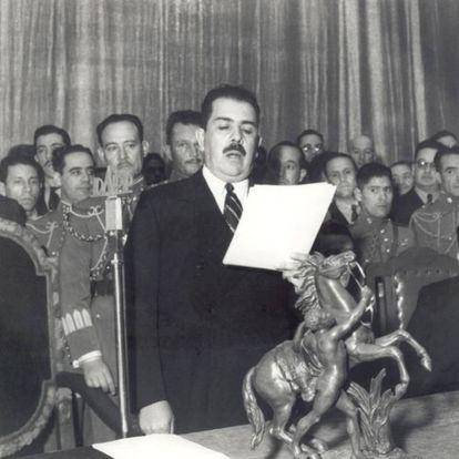 Mexican President Lázaro Cárdenas addresses a group of Spanish refugees.