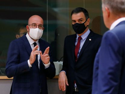 European Council President Charles Michel (l) talks with Spanish Prime Minister Pedro Sánchez during the fourth day of the summit.