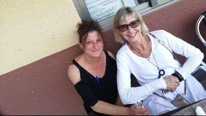 Olivia Newton John with a fan at an outdoor bar in Ribeira Sacra.