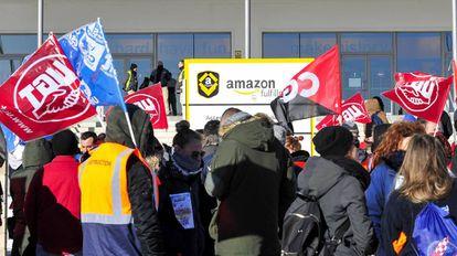 Amazon workers demonstrate outside the San Fernando de Henares warehouse.