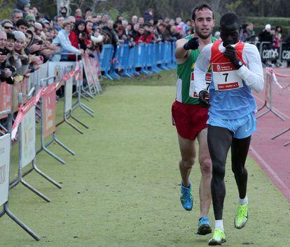 Fernández Anaya helps Mutai toward the line.