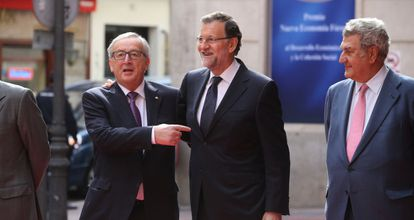 Jean-Claude Junker (l) with acting Prime Minister Mariano Rajoy (c), in a file photo from October.