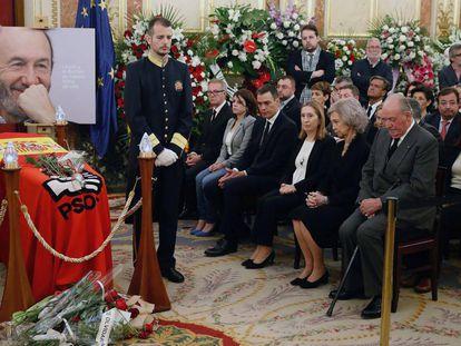 Spanish Prime Minister Pedro Sanchez (C) at a ceremony in memory of former Socialist Party leader Alfredo Perez Rubalcaba.