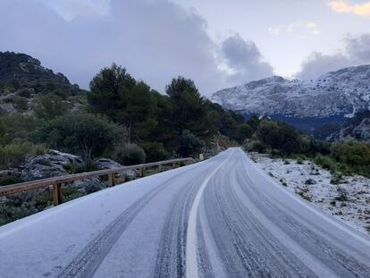 A snow-covered section of the MA-10 road on the island of Mallorca was cut off to traffic on Wednesday.