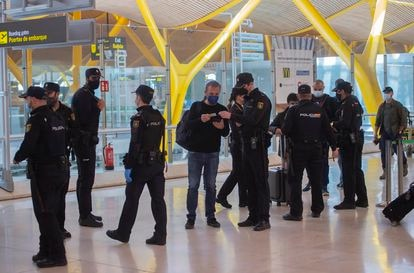 National Police officers conducting checks on travelers at the Adolfo Suárez Madrid-Barajas airport on March 26.