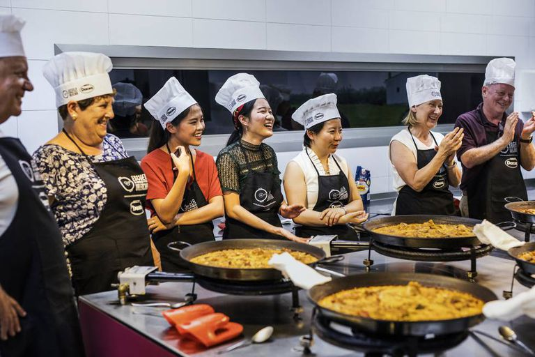 A class at a paella school in Valencia.