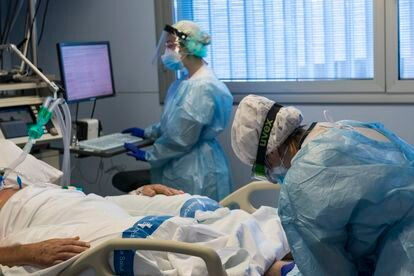 Health workers attend to a Covid-19 patient in an intensive care unit in Girona.