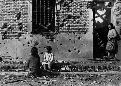 Photograph by Robert Capa showing children in front of the building on 10, Peironcely street in November 1936.