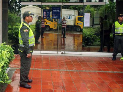 Colombian police guard Electricaribe's main offices.