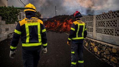 Fire crews monitor the advance of the lava in La Palma.