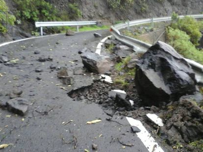 The storm has damaged the GC606 road in the Canary Islands.