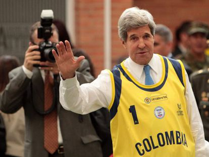 US Secretary of State John Kerry wearing a Colombia jersey while visiting injured soldiers on Monday.