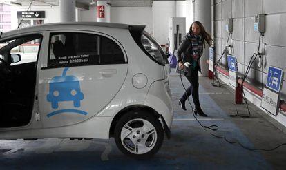 A user at electric car hire firm Elmo in Tallinn.