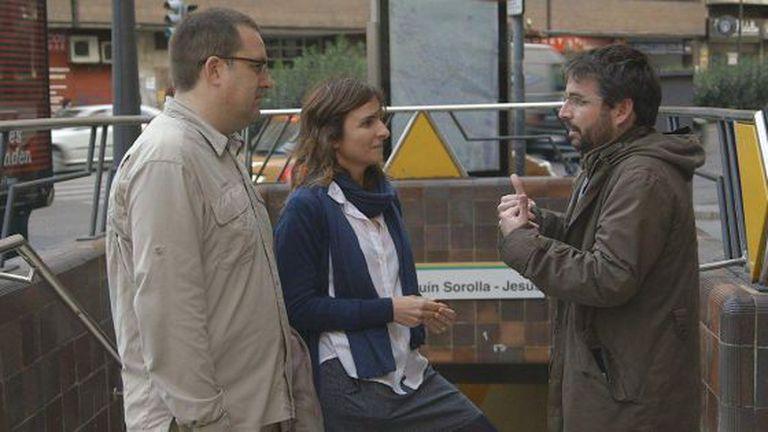 La Sexta investigative journalist Jordi Évole speaks to victims of the Valencia Metro tragedy.