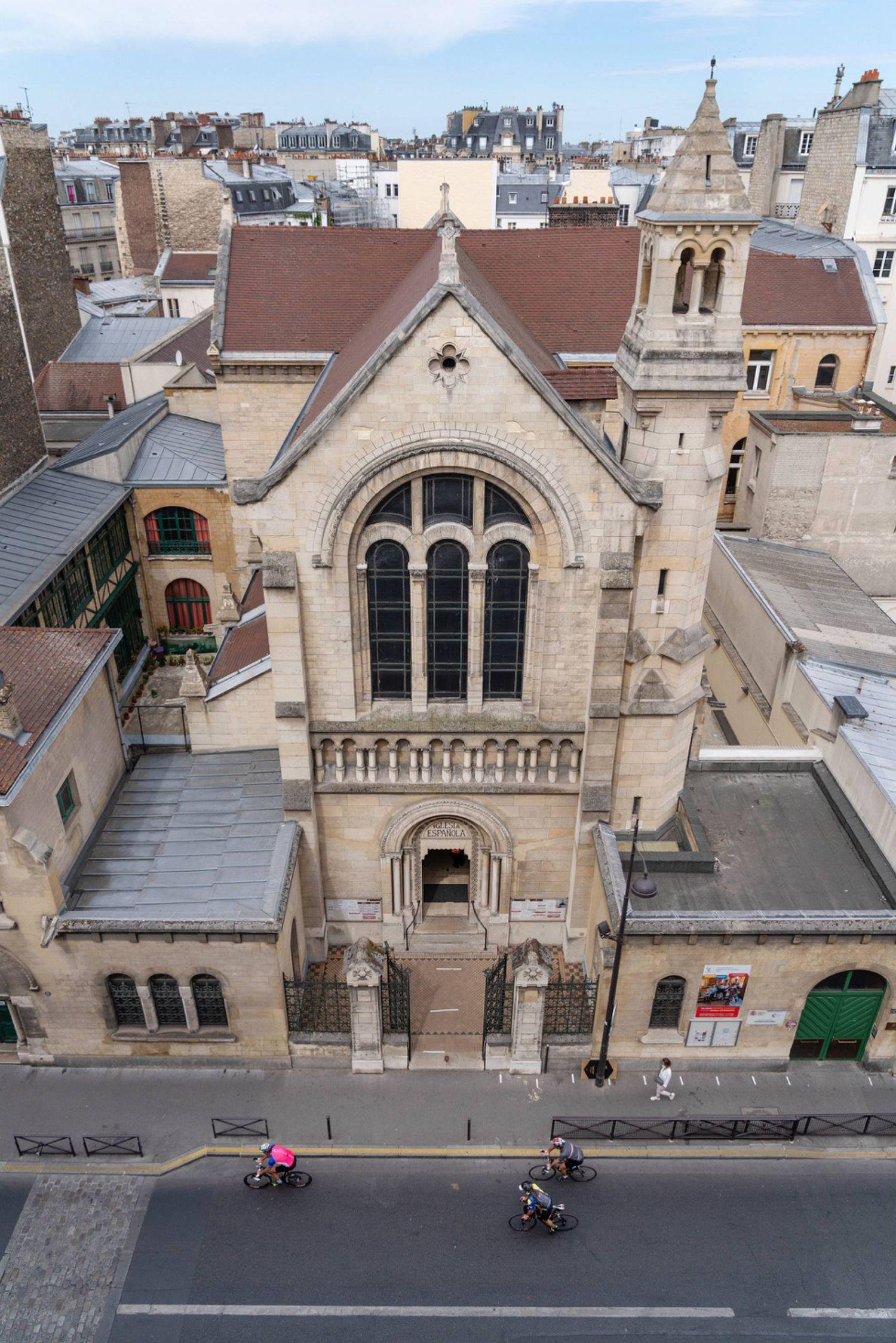 Przed kościołem misyjnym Klaretynów w Paryżu, znajdującym się pod adresem 51 bis, Rue de la Pompe.