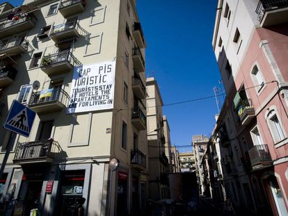A sign in Barcelona protesting tourist apartments and telling tourists to stay in hotels.